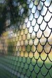 Maillon de chaîne clôturant la barrière de cyclone Photos libres de droits