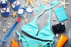 Maillot de bain avec des étoiles de mer et des bouteilles cosmétiques photos libres de droits
