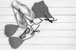 Maillot de bain, bascules et lunettes de soleil sur les conseils blancs image stock