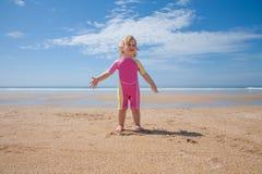 Maillot de bain de bébé se tenant à la plage Photo stock