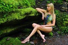 Maillot de bain de port de concepteurs de femme posant dans la nature sauvage de la forêt Photographie stock
