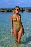 Maillot de bain et lunettes de soleil de port de femme images libres de droits