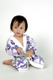 maillot de bain s'usant de petite fille retenant un toothbr Photographie stock libre de droits