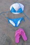 Maillot de bain sur la plage avec des chaussures de rose de chapeau Photos stock