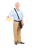 Mailman που δίνει έναν φάκελο προς τη κάμερα Στοκ Φωτογραφία