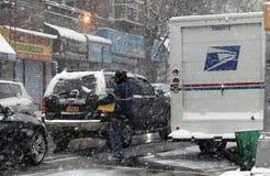 Mailman που εργάζεται κατά τη διάρκεια της θύελλας χιονιού στη κομητεία του Bronx Στοκ εικόνες με δικαίωμα ελεύθερης χρήσης