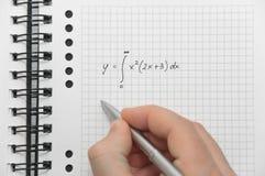 Main écrivant la formule complexe de maths Images libres de droits