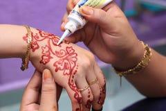 Main étant décorée du henné Photos libres de droits