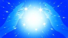 Main abstraite de boule de livre par pouce carré de magie sur le fond d'imagination avec la couleur claire bleue et les étoiles photos stock