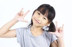 Main asiatique de signe d'amour d'exposition de fille Photographie stock libre de droits