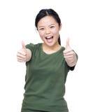 Main asiatique enthousiaste de la femme deux avec le pouce  Photos stock