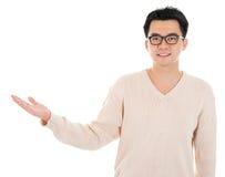 Main asiatique occasionnelle d'homme montrant l'espace vide Photos stock