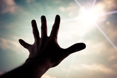 Main atteignant au ciel. Image libre de droits