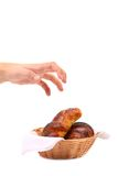 Main atteignant pour des croissants. Image stock