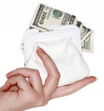 Main avec $100 billets de banque dans un sac Image stock
