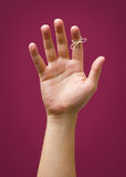 Main avec de la ficelle de remider d'isolement sur le fond pourpre rouge de prune image libre de droits
