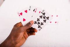 Main avec des cartes de tisonnier photo libre de droits
