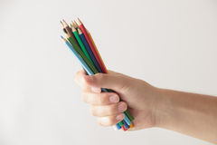 Main avec des crayons photos libres de droits