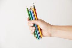 Main avec des crayons images stock