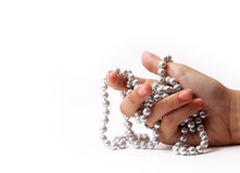 main avec des perles Photos stock