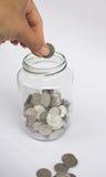 Main avec des pièces de monnaie Images stock