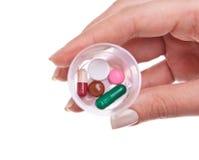 Main avec des pillules de médecine Image libre de droits