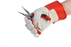 Main avec des pinces de fixation de gant de protection Images stock