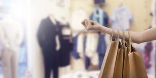 Main avec des sacs à provisions, mode images stock