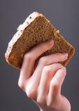 Main avec du pain Photos libres de droits