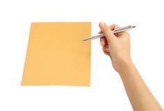 Main avec l'écriture de stylo sur l'enveloppe Images stock