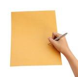 Main avec l'écriture de stylo sur l'enveloppe Photos stock