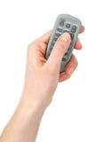 Main avec l'élément à télécommande infrarouge minuscule Images stock