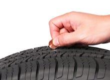 Main avec l'état américain de pneu de contrôle de pièce de monnaie de cent d'isolement Images stock