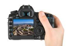 Main avec l'appareil-photo et forteresse dans le village Marvao - Portugal mon p image stock