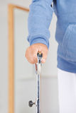 Main avec l'appui de marcheur en physiothérapie Images stock
