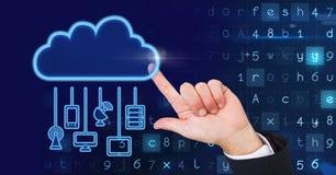 Main avec l'icône de nuage et les dispositifs accrochants de connexion et code à l'arrière-plan photos libres de droits