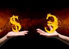 main avec l'icône dolar du feu au-dessus de et la main avec l'euro icône du feu plus de Fond noir et rouge (du feu) Photo libre de droits