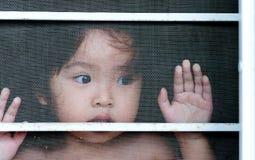Main avec la barrière en métal, ne sentant aucune liberté Image libre de droits