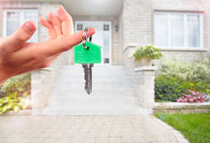 Main avec la clé de maison photographie stock libre de droits