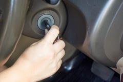 Main avec la clé de véhicule photo stock