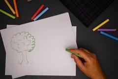 Main avec la craie de couleur Image libre de droits