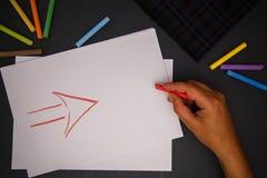 Main avec la craie de couleur Images libres de droits