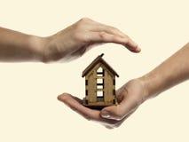 Main avec la maison Image stock