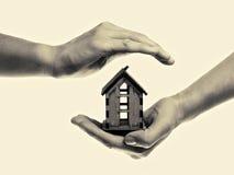Main avec la maison modifiée la tonalité Image libre de droits