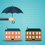 Main avec la maison protectrice de parapluie Photo stock