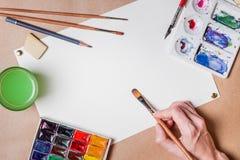 Main avec la peinture de brosse Images stock
