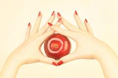 Main avec la pomme rouge image stock