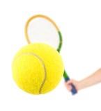 Main avec la raquette et la bille de tennis photographie stock