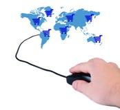 Main avec la souris d'ordinateur et la carte du monde. Photographie stock