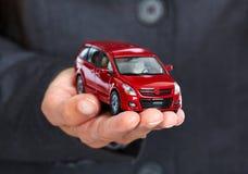 Main avec la voiture rouge Photo libre de droits